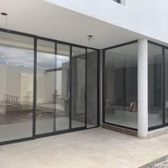 أبواب منزلقة تنفيذ JAI DISEÑO Y CONSTRUCCIÓN EN ALUMINIO Y VIDRIO, حداثي ألمنيوم/ زنك