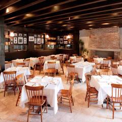Restaurantes de estilo  por Createk Construcciones S.A. de C.V., Rústico Madera Acabado en madera