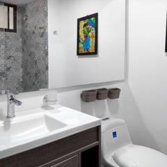 Remodela tu apartamento: Baños de estilo  por Remodelar Proyectos Integrales, Moderno Cerámico