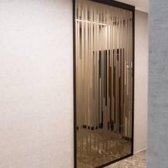Puertas de vidrio de estilo  por Raumplus Russia, Minimalista