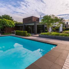 Eigentijdse luxe:  Zwembad door Buro Buitenom exterieurontwerpers,