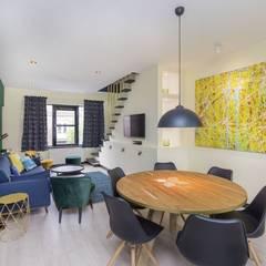 Emerald kitchen and living room:  Eetkamer door Obradov Studio,