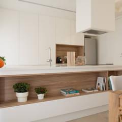 Moradia Odeceixe: Cozinhas  por MUDA Home Design,Moderno