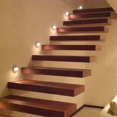 PROYECTOS: Escaleras de estilo  por FRACTAL.CORP ARQUITECTURA, Minimalista