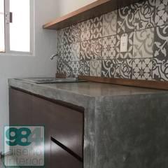 Petites cuisines de style  par 984 Diseño Interior,