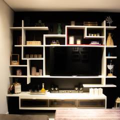 Apartamento Casal - Ipiranga SP: Eletrônicos  por Maestrelo Arquitetura e Interiores,Moderno Madeira Efeito de madeira