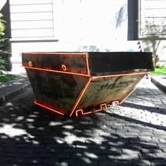Передний двор в . Автор – Mew.com Neon, Эклектичный Железо / Сталь