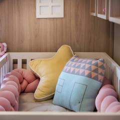 Dormitorios de bebé de estilo  por JuBa - Arquitetando Ninhos,