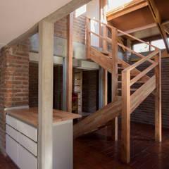 Escaleras de estilo  por arquitectura oficio spa, Rústico Madera maciza Multicolor