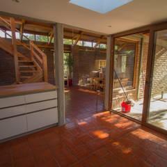 Cocinas equipadas de estilo  por arquitectura oficio spa,