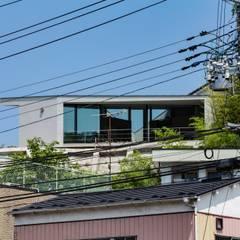 擁壁上の住処: Ginga architectsが手掛けた一戸建て住宅です。,