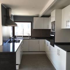 Built-in kitchens by Casas Metal, Mediterranean Granite