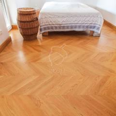 Klasyczne Wnętrze Apartamentu z Antresolą Klasyczna sypialnia od Roble Klasyczny Drewno O efekcie drewna