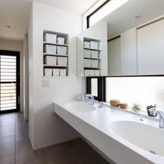 海が見える家: 田中洋平建築設計事務所が手掛けた浴室です。,モダン