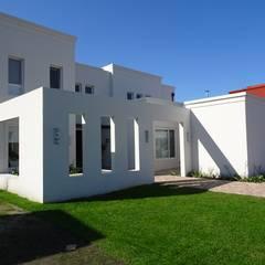 CASA MIRANDO AL LAGO de Estudio Dillon Terzaghi Arquitectura - Pilar Clásico Ladrillos