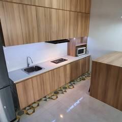 Rumah AB: Dapur oleh Asaterra Studio, Skandinavia