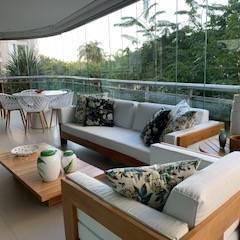 Balcón de estilo  por Studio HG Arquitetura, Tropical Madera Acabado en madera