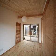 Dormitorios pequeños de estilo  por 株式会社高野設計工房 , Asiático