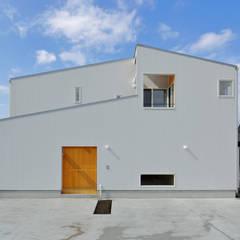 猫と暮らす家: アトリエdoor一級建築士事務所が手掛けた木造住宅です。,モダン 金属
