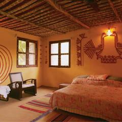 Mud Mirror Lippan Work Artist, Kutchi Traditional Wall Art Work, Beautiful Wall Design Concept Gujarat India:  Walls by City Trend,Classic