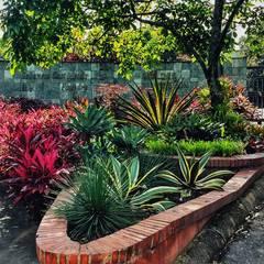 Moldes Medellín Sabaneta- Antioquia : Jardines frontales de estilo  por Paisajismo trópico sas, Tropical