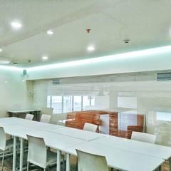 Corporativo Oriflame: Salas multimedia de estilo  por Ingenierías y Construcciones ELDEPCI, Minimalista