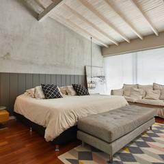 Casa Avellaneda: Habitaciones de estilo  por CAJA BLANCA, Rústico