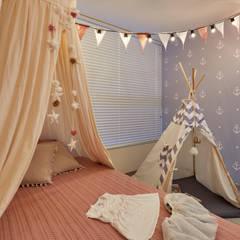 Apartamento Gran Reserva: Habitaciones para niñas de estilo  por CAJA BLANCA, Ecléctico