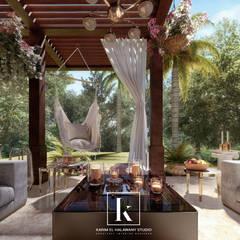 فيلا سكنية:  شرفة تنفيذ Karim Elhalawany Studio, كلاسيكي