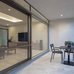 Balcón de estilo  por ヒココニシアーキテクチュア株式会社, Moderno Azulejos