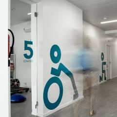 + Fisio | Fisioterapia e Saúde Integrada: Escritórios e Espaços de trabalho  por Projecto 84,Moderno