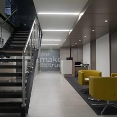 Diseño interior Oficinas Multinacional de Software: Oficinas y Tiendas de estilo  por Velasco Arquitectura, Moderno