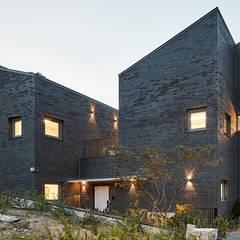 Casas pequeñas de estilo  por 삼공사건축사사무소, Moderno Ladrillos