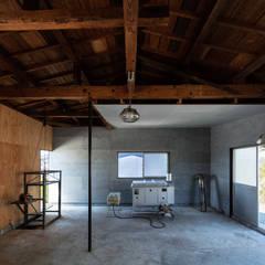 Industrialny garaż od SQOOL一級建築士事務所 Industrialny