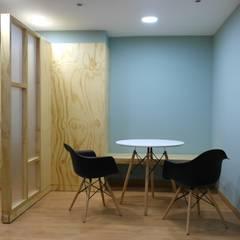Oficinas Tycoon: Salas de estilo  por entrearquitectosestudio, Moderno Madera maciza Multicolor