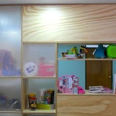 Oficinas Tycoon: Estudios y despachos de estilo  por entrearquitectosestudio, Moderno Madera maciza Multicolor