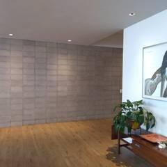 Apartamento L&R Pasillos, vestíbulos y escaleras de estilo moderno de entrearquitectosestudio Moderno Cerámico