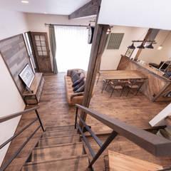 ヴィンテージカフェスタイルの家: クローバーハウスが手掛けたリビングです。,ラスティック 木 木目調