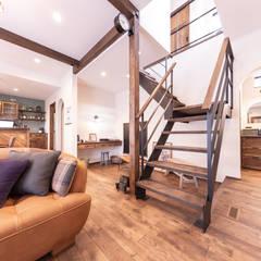 Escaleras de estilo  por クローバーハウス, Rústico Hierro/Acero