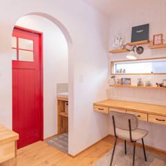 Estudios y oficinas rústicas de クローバーハウス Rústico Madera Acabado en madera