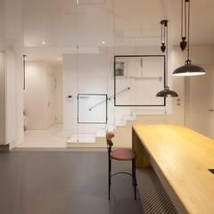 House in White: AEV Architectures (아으베아키텍쳐스)의  거실,미니멀