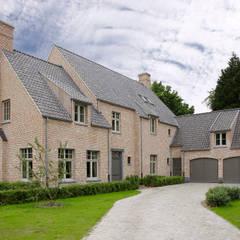 Villa in landelijke stijl ingericht door Marcottestyle. van Marcotte Style Landelijk Steen