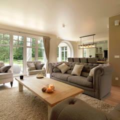 Villa in landelijke stijl ingericht door Marcottestyle. Landelijke woonkamers van Marcotte Style Landelijk