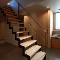 NMK 古墳の向こうに空が見える家: 塚野建築設計事務所が手掛けた階段です。,インダストリアル 金属