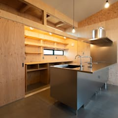 Kitchen units by 塚野建築設計事務所, Industrial Plywood
