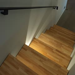 Stairs by 塚野建築設計事務所, Industrial Solid Wood Multicolored