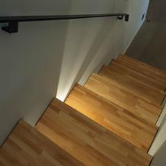 NMK 古墳の向こうに空が見える家: 塚野建築設計事務所が手掛けた階段です。,インダストリアル 無垢材 多色