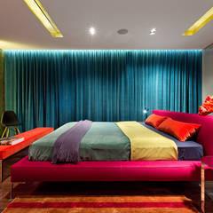 Кольорова квартира:  Small bedroom вiд Design Studio Yuriy Zimenko, Сучасний Масив Різнокольорові