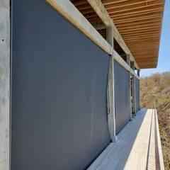 Toldos Verticales: Casas de estilo  por Decoraciones Aguirre, Tropical