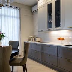 Muebles de cocinas de estilo  por Студия Юлии Новосадовой, Clásico